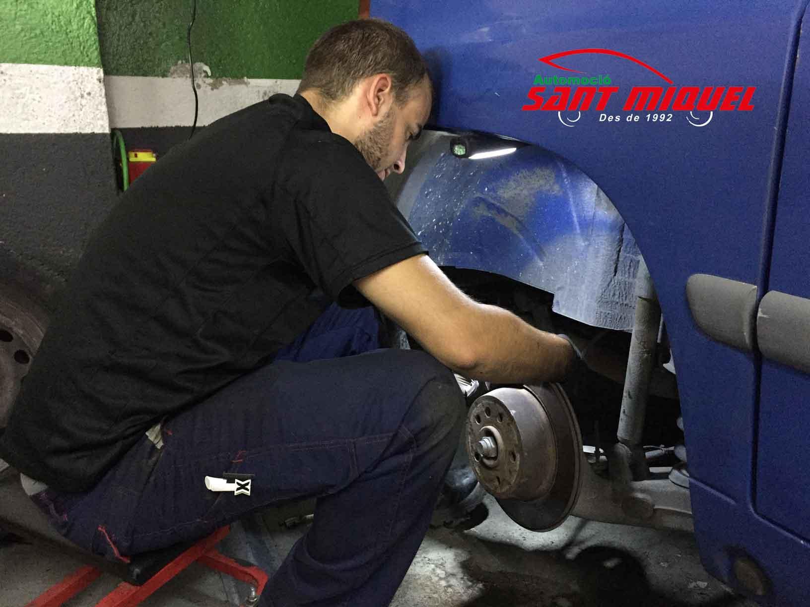 Disco de freno y mordazas traseros en Mercedes Vito 110 CDI D-611980 2001