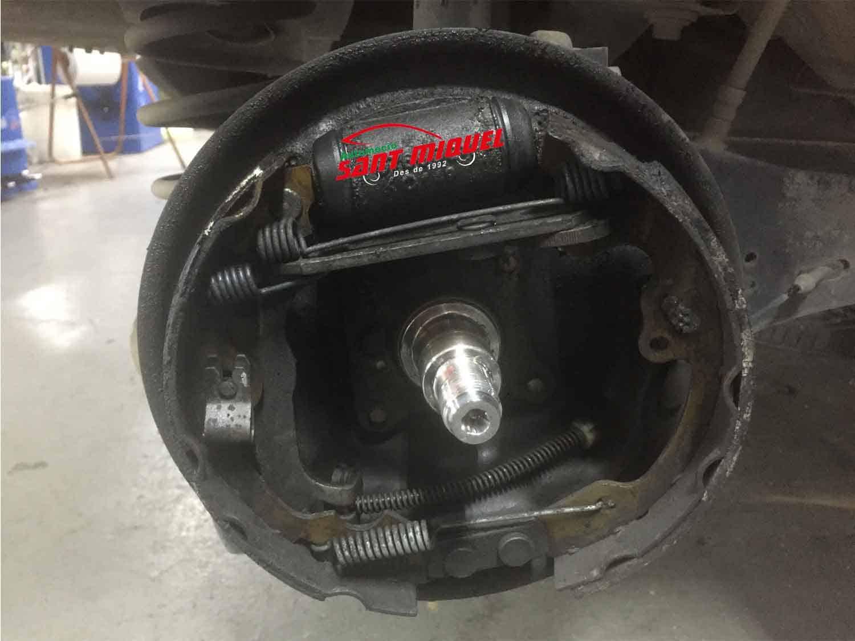 Ford Focus 1.8 D-C9DB 66kw 2001 frenos traseros de tambor en mal estado perdiendo líquido de frenos