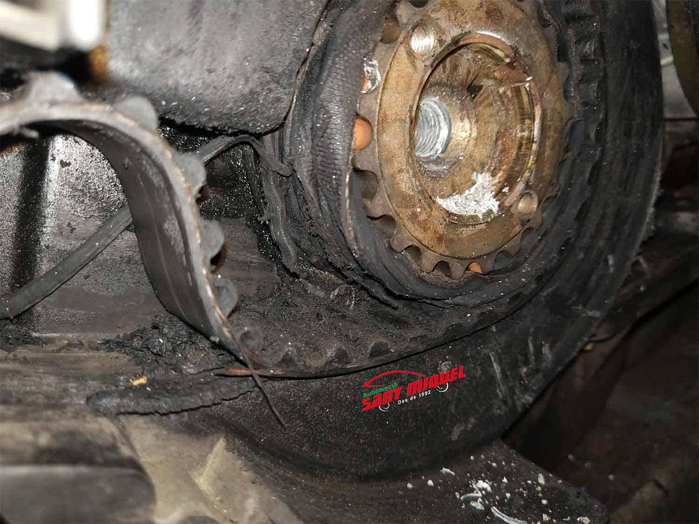 Renault kangoo 1.9d D-F8Q 632 74kw 2000 correa de distribución rota, vista del piñón del cigüeñal con la correa auxiliar enganchada en la correa de distribución